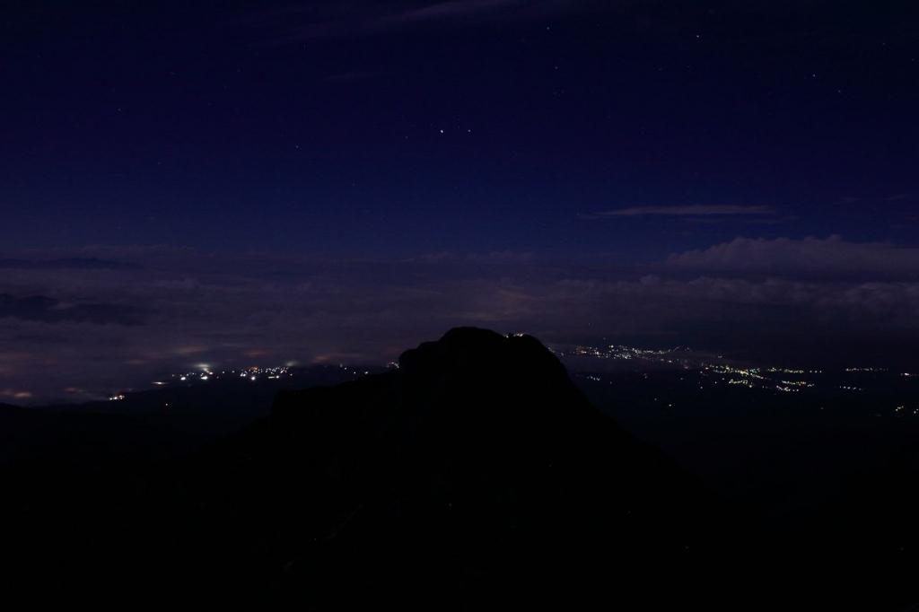 ガスが一気にはけて赤岳頂上山荘から諏訪方面の夜景を撮影。山の稜線がくっきり写せないんよね