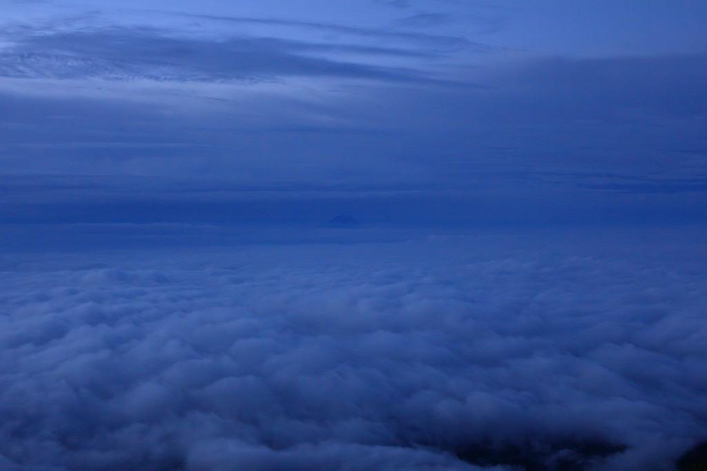 遠く富士山も雲海に浮かぶ