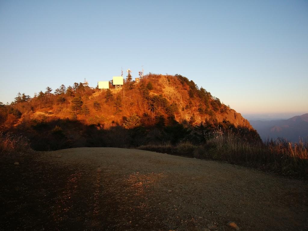 三ツ峠山のピークも夕日に照らされていた