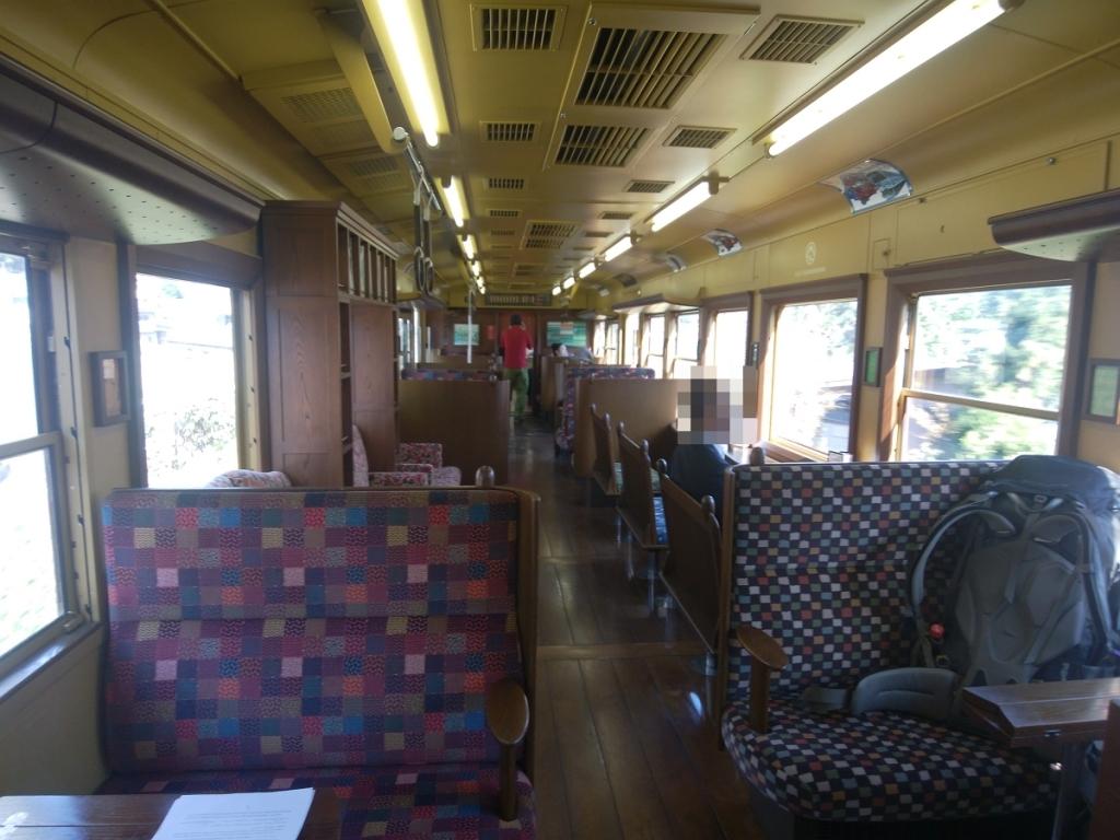 登山電車の中はこんな感じだけど、登山者用の電車ではないのねw