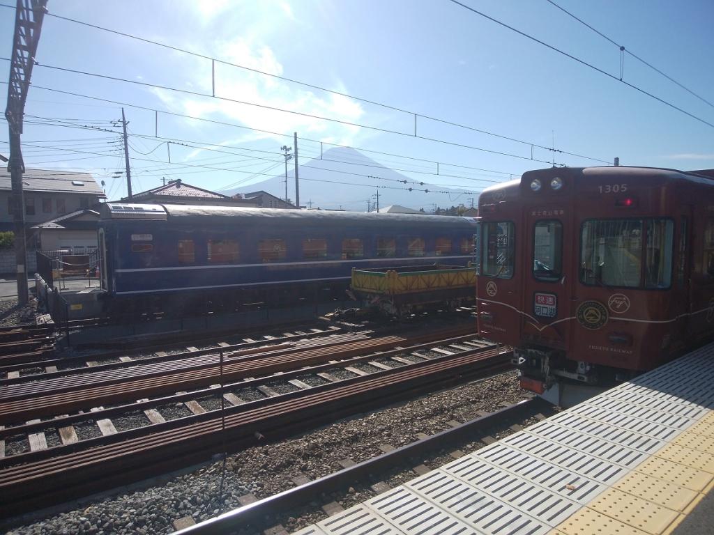 駅から電車と富士山を望む
