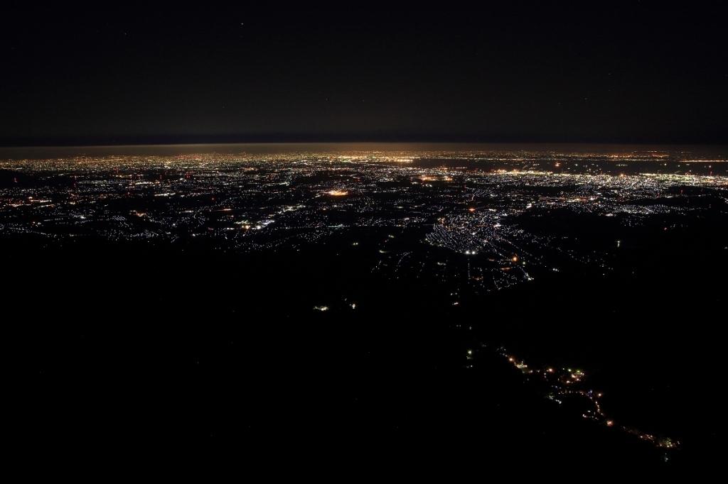 素晴らしい夜景ですわ。ただ、空にあるラインが残念な感じだった