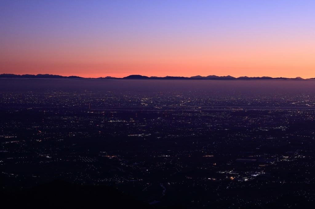 山々が見えるけど、この右端にある富士山のような山はなんだろう?まさか富士山がこんな大きさで見えるわけもなしと思いきや!?