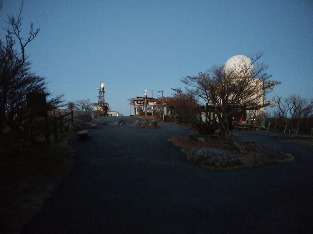 早朝のロープウェイ山頂駅付近は誰もいないし、閉まってる。自動販売機はあきらめた