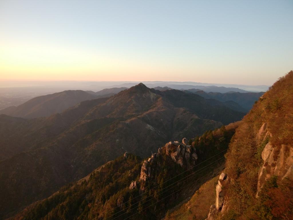 さてさて鎌ヶ岳や入道ヶ岳、その向こうの仙ヶ岳を望んで見納め