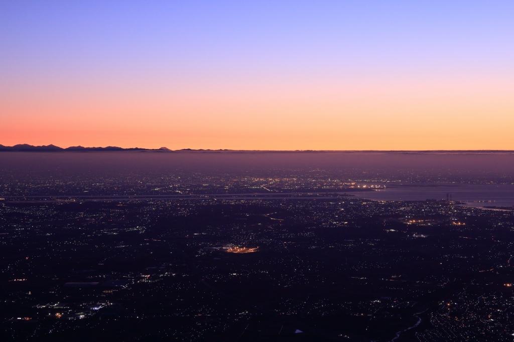 ズームで中央左側に富士山がみえとります! この形はどう考えても富士山です