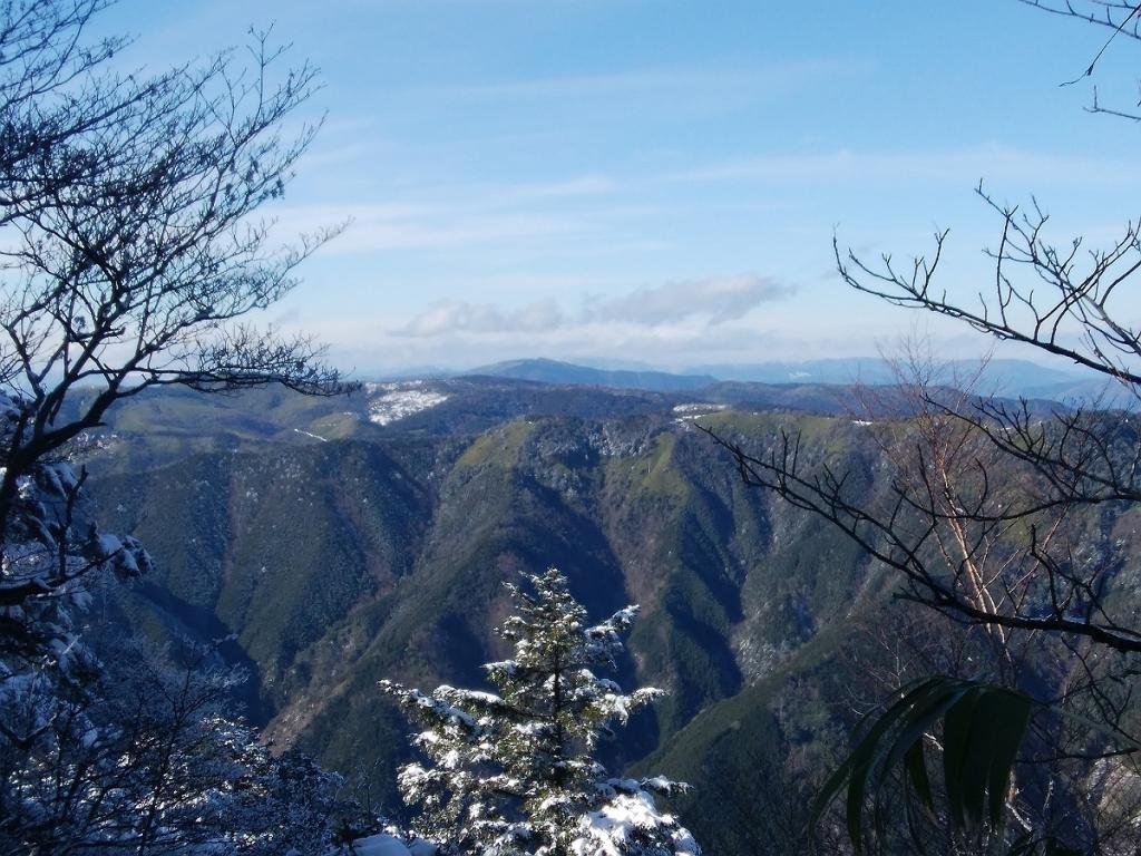この向こう側の山が気になって、高原みたいになってる