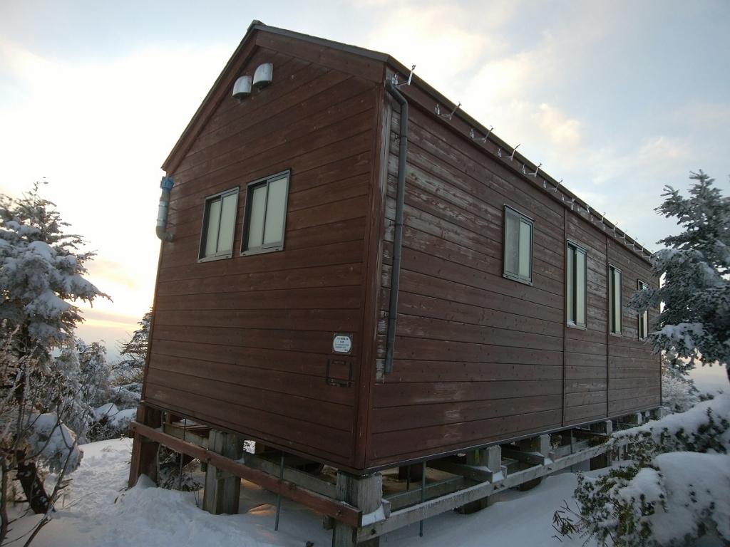 山頂直下の避難小屋に到着