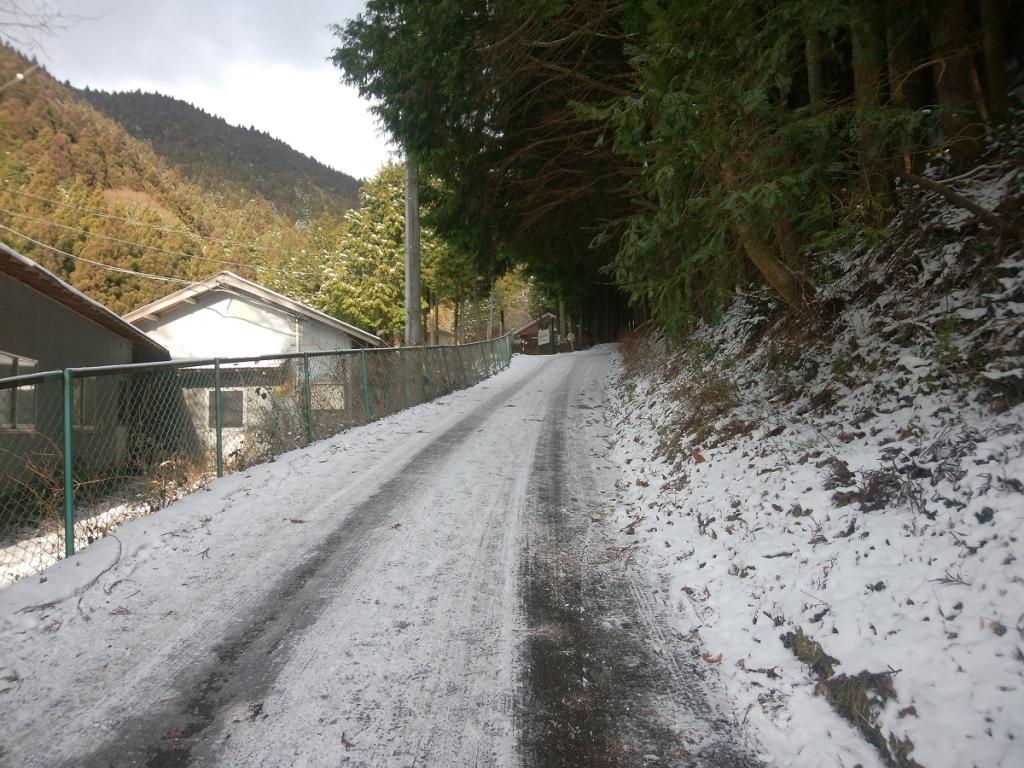 この付近から道路に雪が積もって、アイゼンはくほどでもないけど、滑る