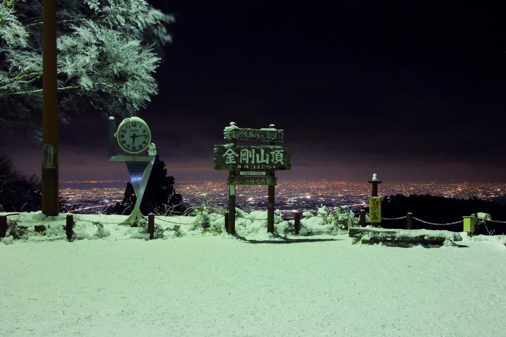 看板、霧氷のライトアップと後ろに広がる夜景。 これが撮影したかったんよね~