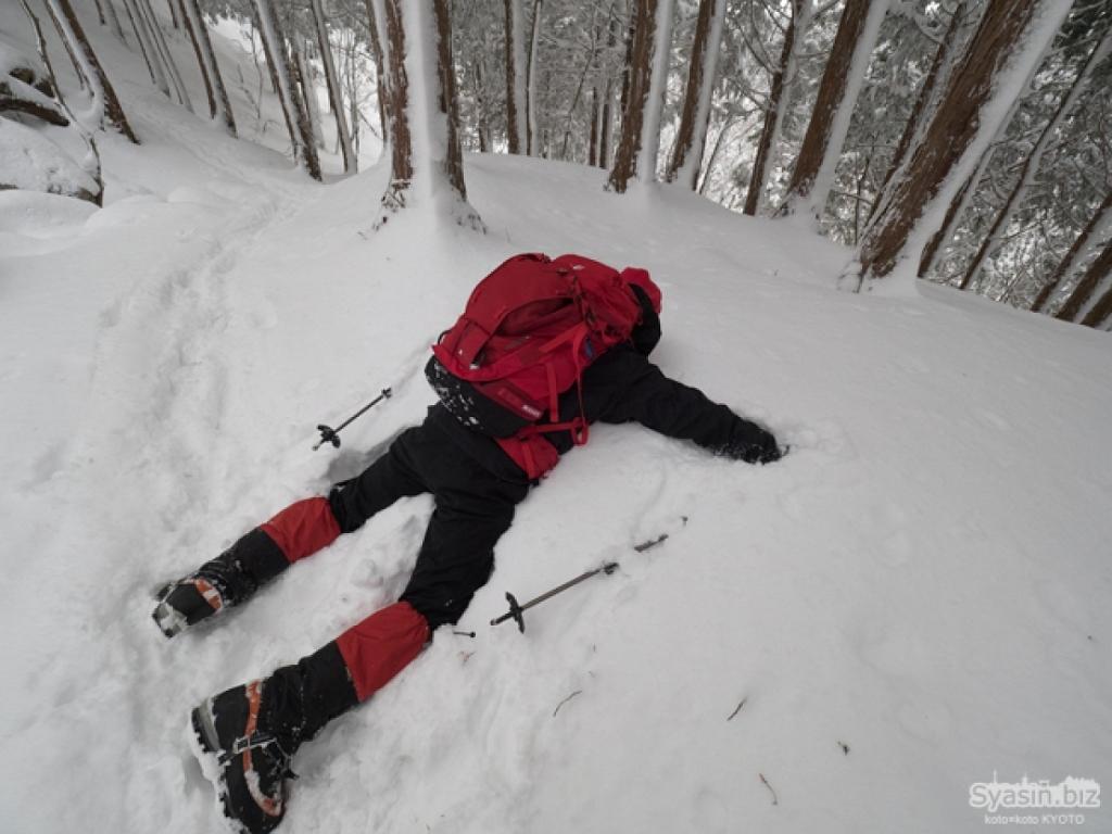 途中でダイブできそうなところがあったので田村君にお願いして撮影してもらいましたが、雪が浅かった~