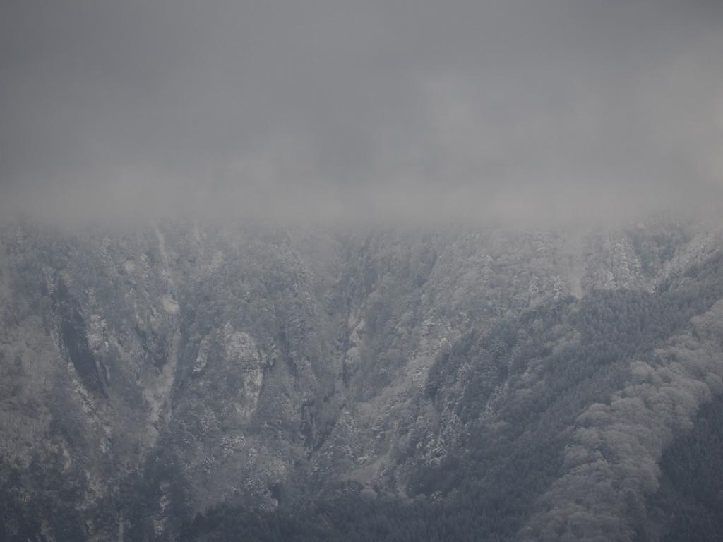 大峰の谷はやっぱ深いねえ