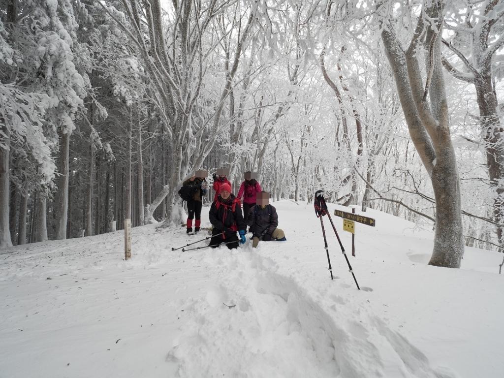 観音峰山の頂上で記念撮影。田村君に撮影してもらいました