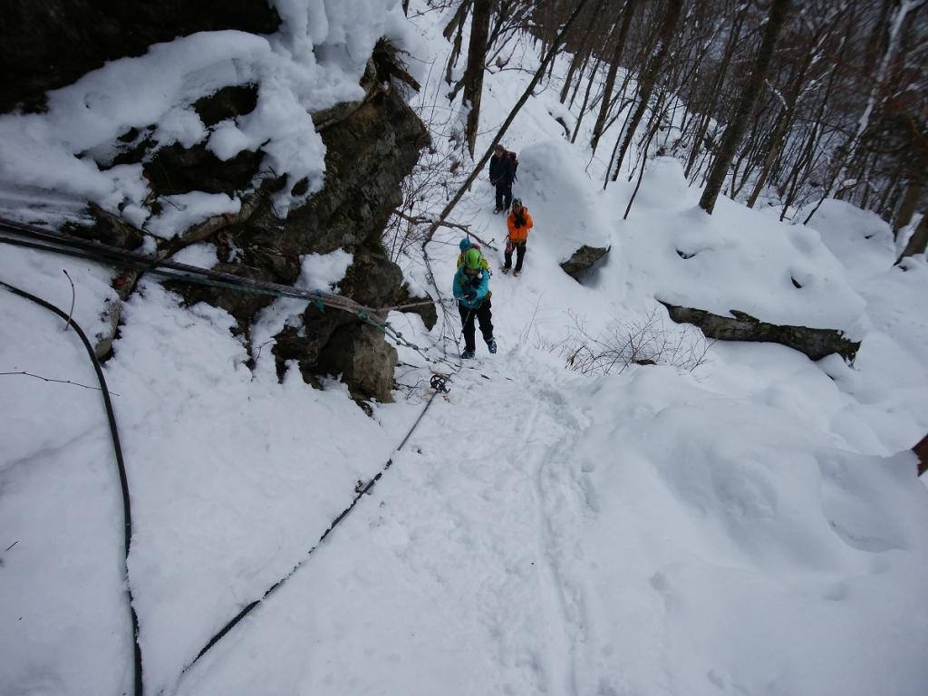 岩場を登っていくが、岩なのでアイゼンがあまり効かない