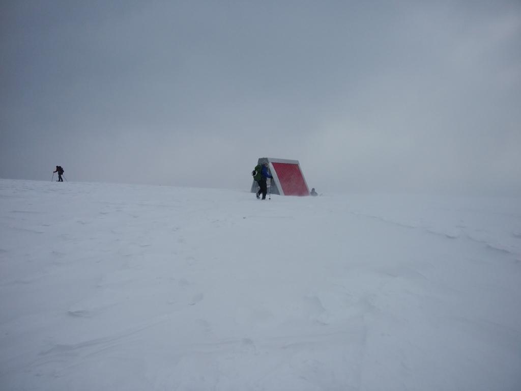 三の丸避難小屋に到着しました。風がビュービュー吹いていた