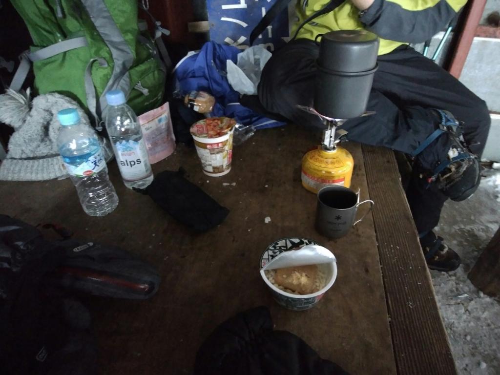 小屋の中で飯にする。いつものようにどん兵衛ミニとおにぎりをいただく