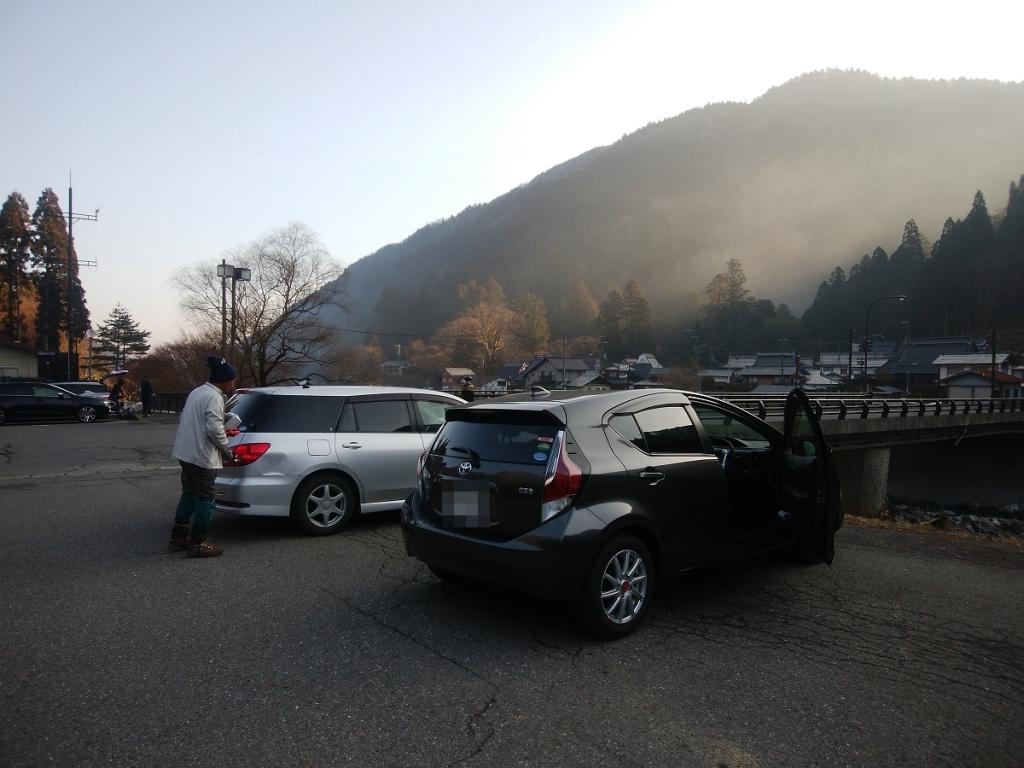 坊村の駐車場に車を停めてスタート