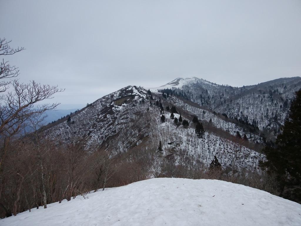 御殿山から見る武奈ヶ岳。台形のようになって見えるんよね。でもここからまだ遠い感じもする