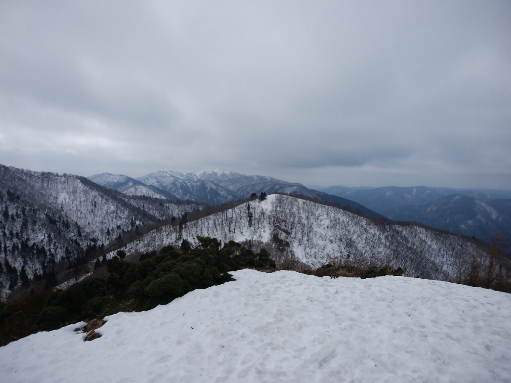 御殿山を振り返り、まだまだ雪たっぷりな蓬莱山を望む