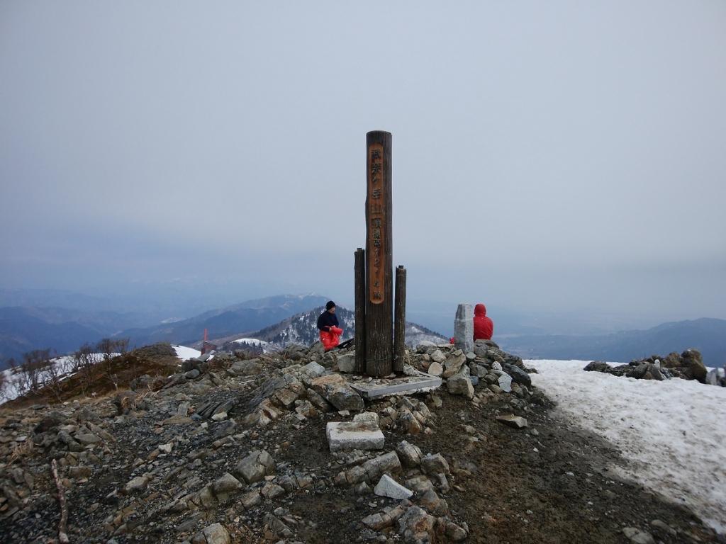 数年ぶりの武奈ヶ岳に到着。吹き曝しになってるのもあり風がすごかった