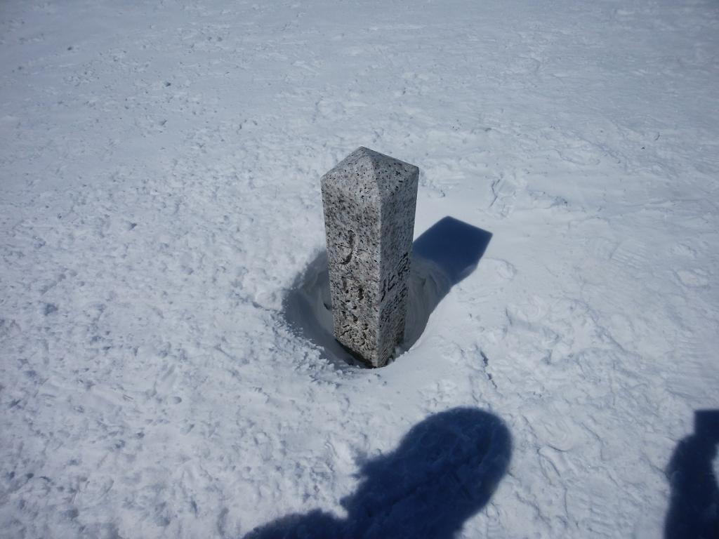 大日ヶ岳の山頂に到着。何m積もっているんだろうか、埋まっていた