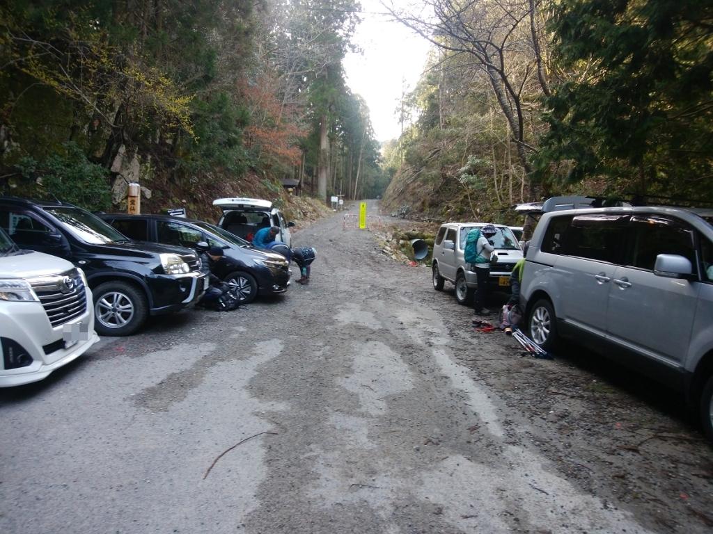 榑ヶ畑登山口の駐車場は車いっぱい。さすが人気のある山だと思っていた