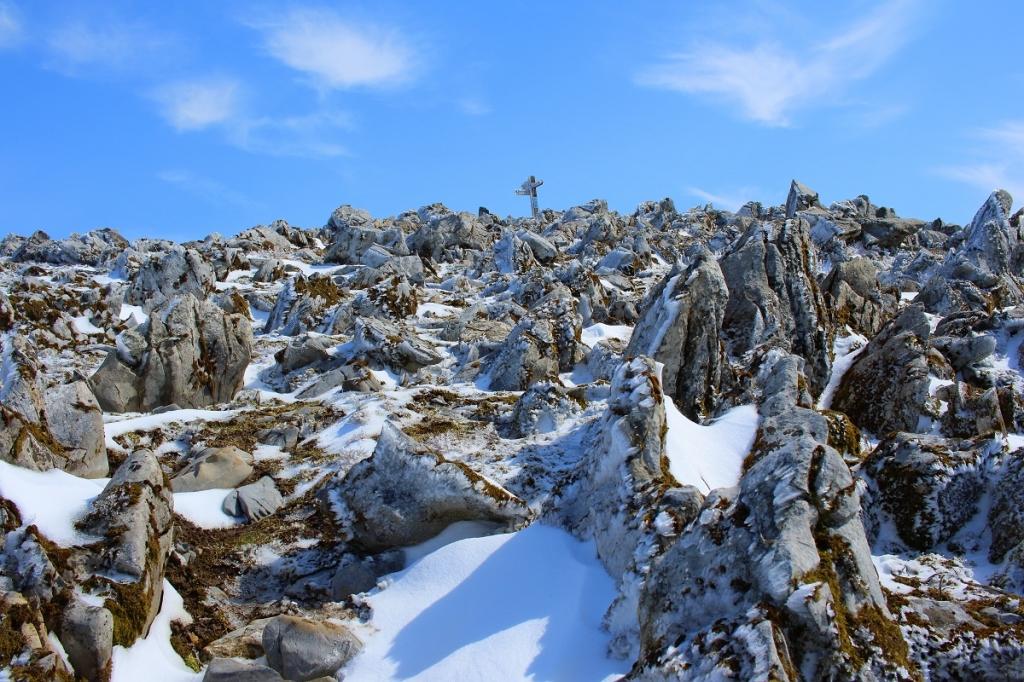 残雪の岩群と青空。これもいい感じです