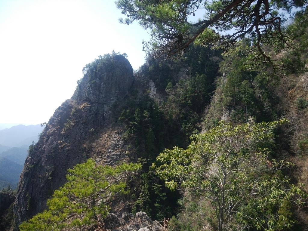 迫力ある岩肌の山