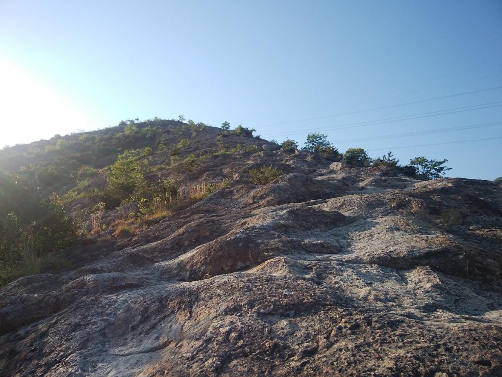 この岩を登っていくのだが、ここが結構な岩場になっている