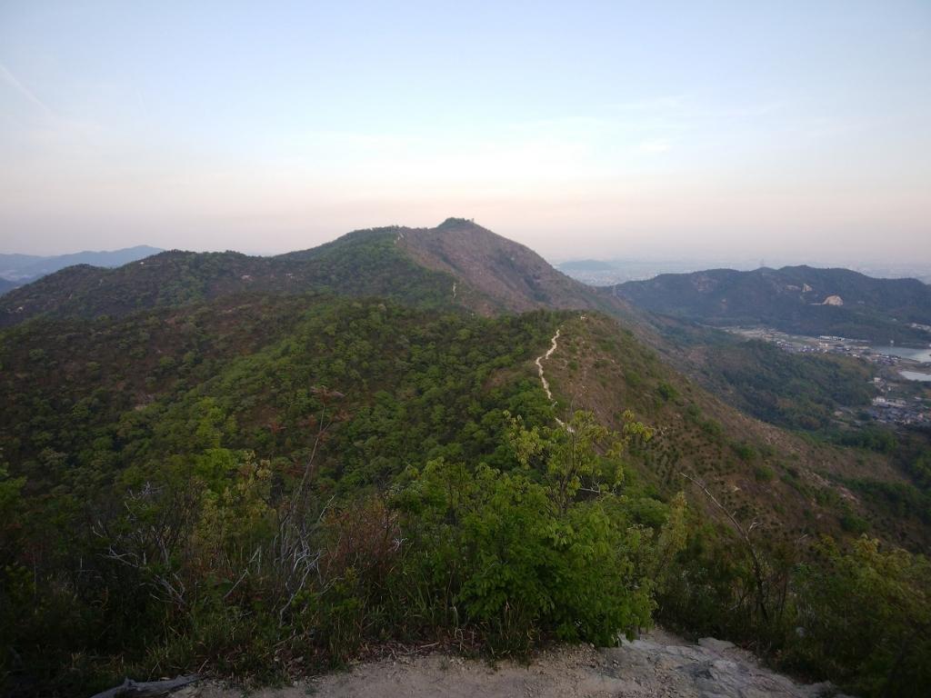 高御位山まで続く縦走路が見えるが、歩いていて本当に気持ちが良かった