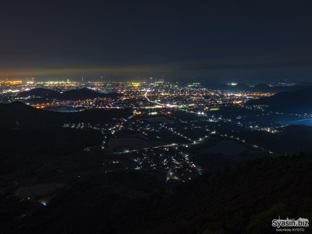 高砂方面の夜景。オレンジのラインが加古川バイパス。まあこれだけ見えていればOKでしょう。