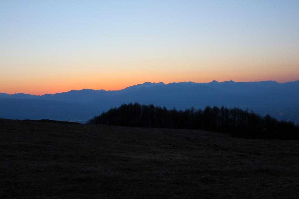 前日に立ち寄った高ボッチ高原から夕陽が沈んだ後の北アルプスを撮影する。ここからの景色も良かったなぁ