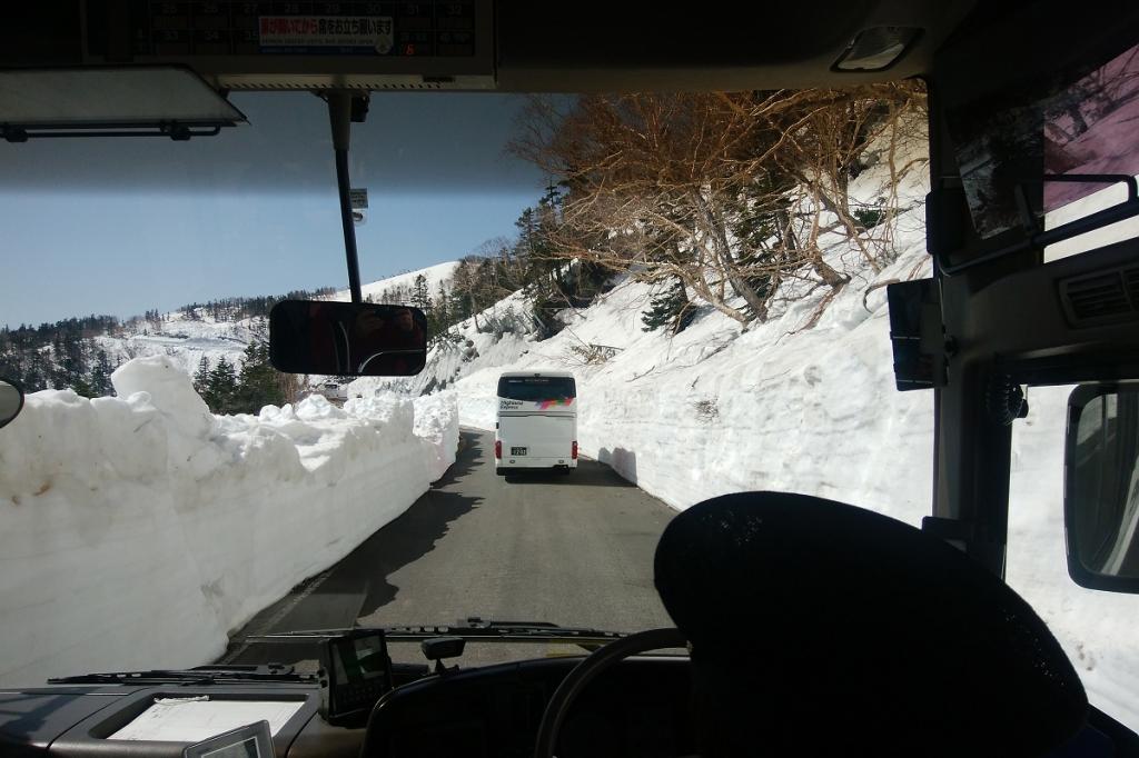 バスに乗り雪の壁をグルグルしながら位ヶ原山荘へ