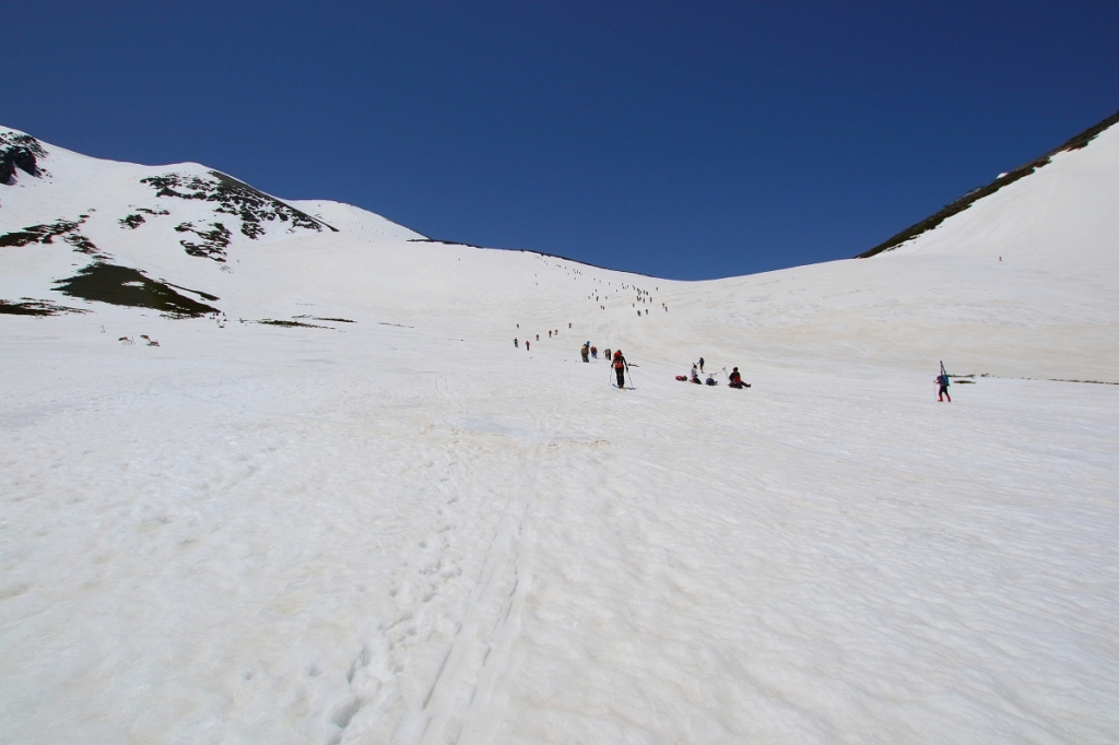 それにしても人が多いなぁ~ゾロゾロと稜線を目指して登っていく