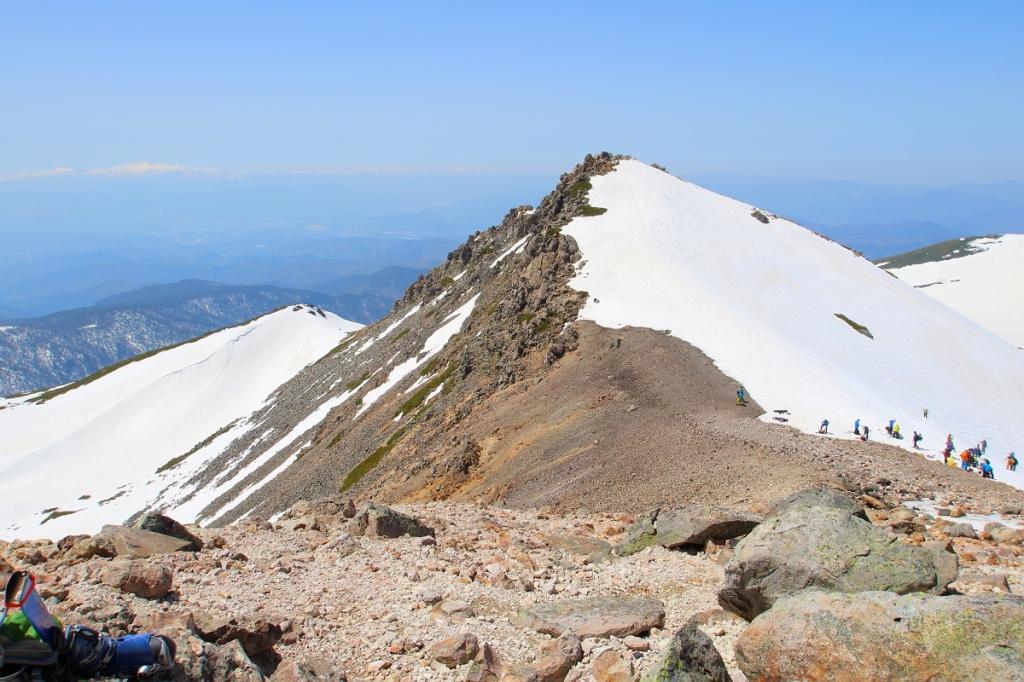 反対側は雪がないのか。それにしてもこの山肌。やっぱ3000m級の山はレベルそのものが違う