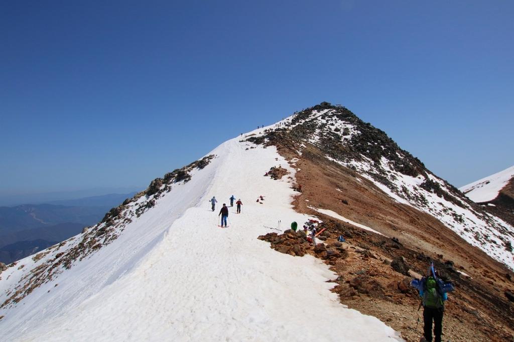 稜線にでたら剣ヶ峰はすぐそこなのよね。あそこならもう少しがんばれそうなので行くことにした