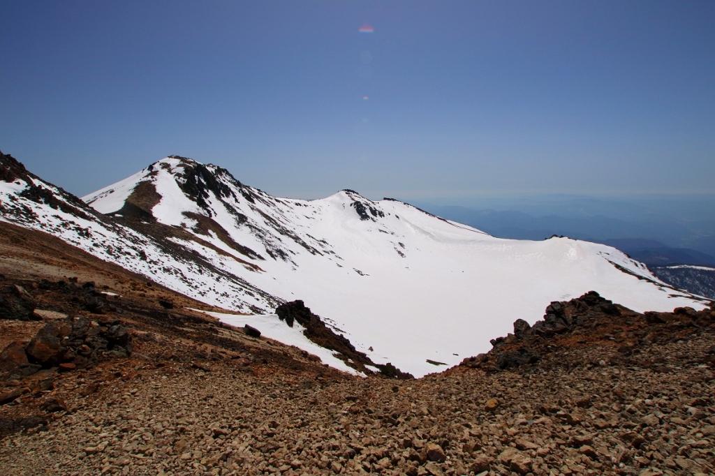 カルデラ湖。雪に覆われているが迫力あり