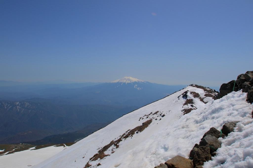 剣ヶ峰の手前からは御嶽山が見えた
