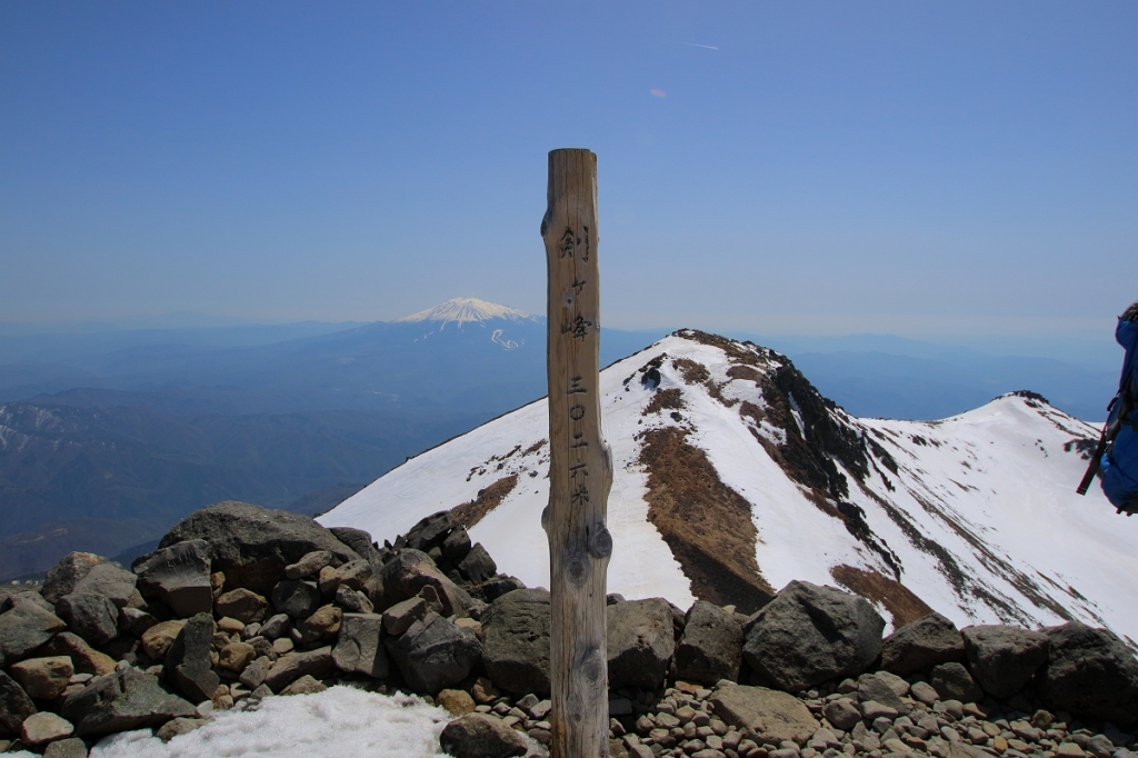 体調不良でスローペースだったけど、なんとか乗鞍岳・剣ヶ峰(3026m)に到着。念願の雪の乗鞍岳の登頂だった!