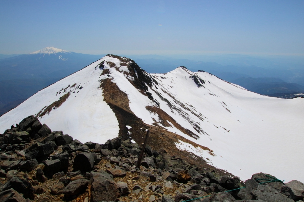 迫力ある岩肌と雪