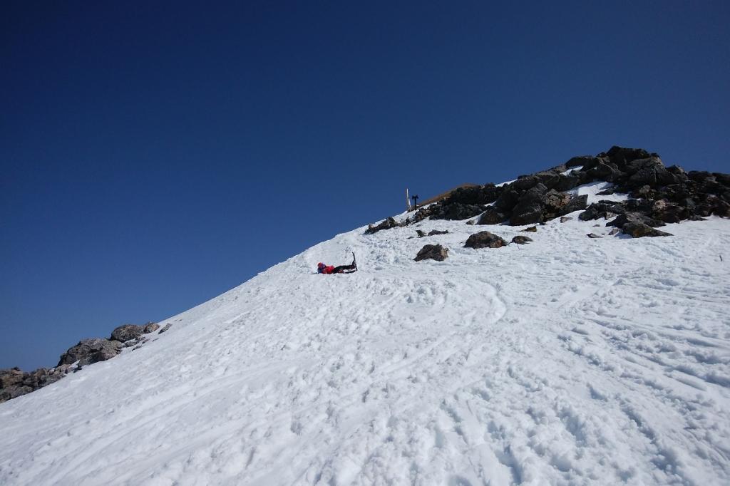下山は剣ヶ峰のちょっと先からスキーで下ることにした。こまっちゃん、さっそくこけたけど、ここちょっと急斜面だからね