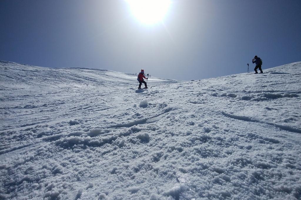 スキーで下っていきます