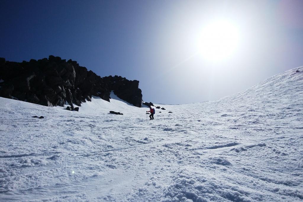 ここ、こまっちゃんが絵になっていた。太陽がちょっと邪魔だけど、3000m級の山の岩肌と雪は迫力満載。この後、さらなるトラブルが発生するけど、なんとか下っていけた