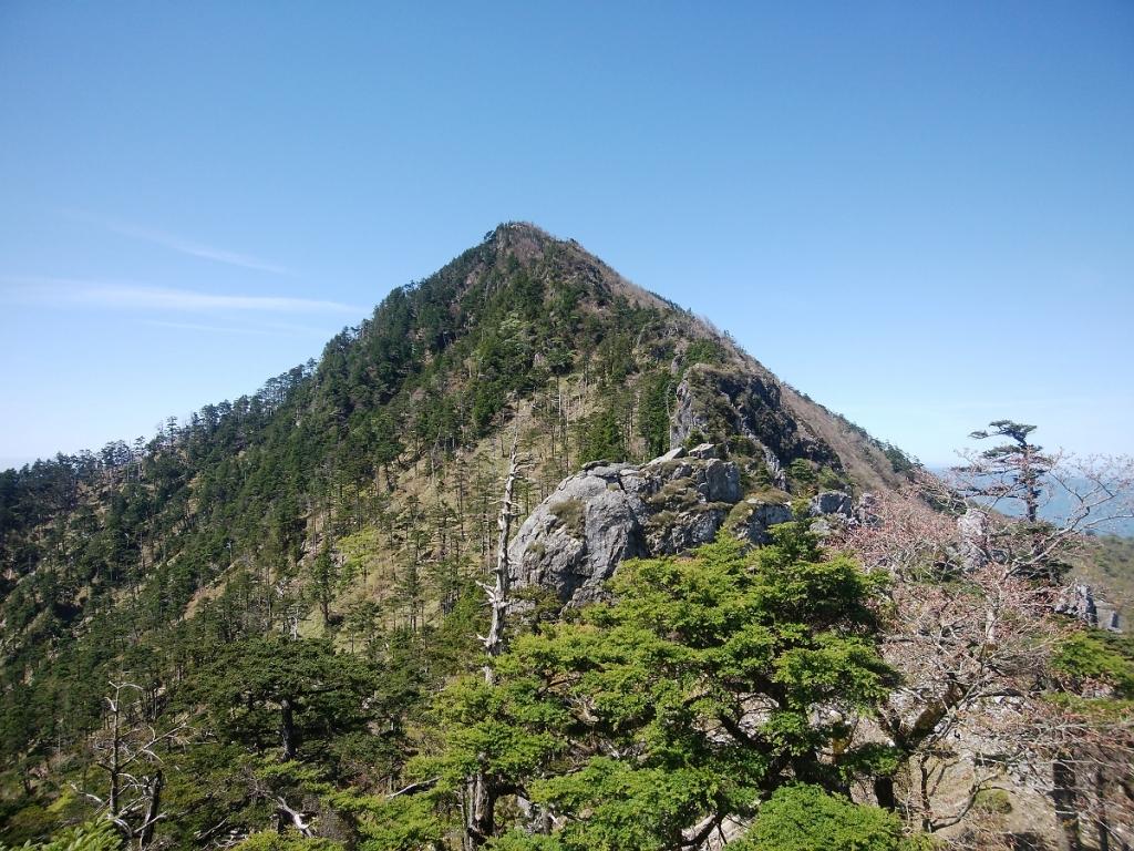 後ろを振り返ると釈迦ヶ岳。これを後で登り返すのかと思うと心やられそう