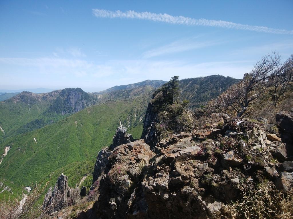 大峰にこんなところがあるんだというくらい迫力ある岩が続く