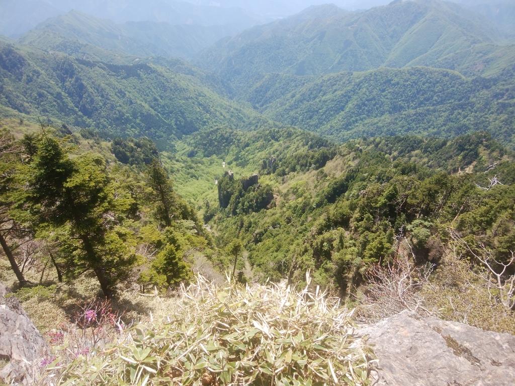 ここも写真ではわかりにくいけど、すごい谷が深いのと、迫力ある岩群が立ち並ぶのが素晴らしい
