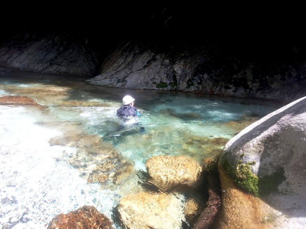 ブルーの中、泳ぐ田村君。 かなりアドレナリンが飛んでいたようだ