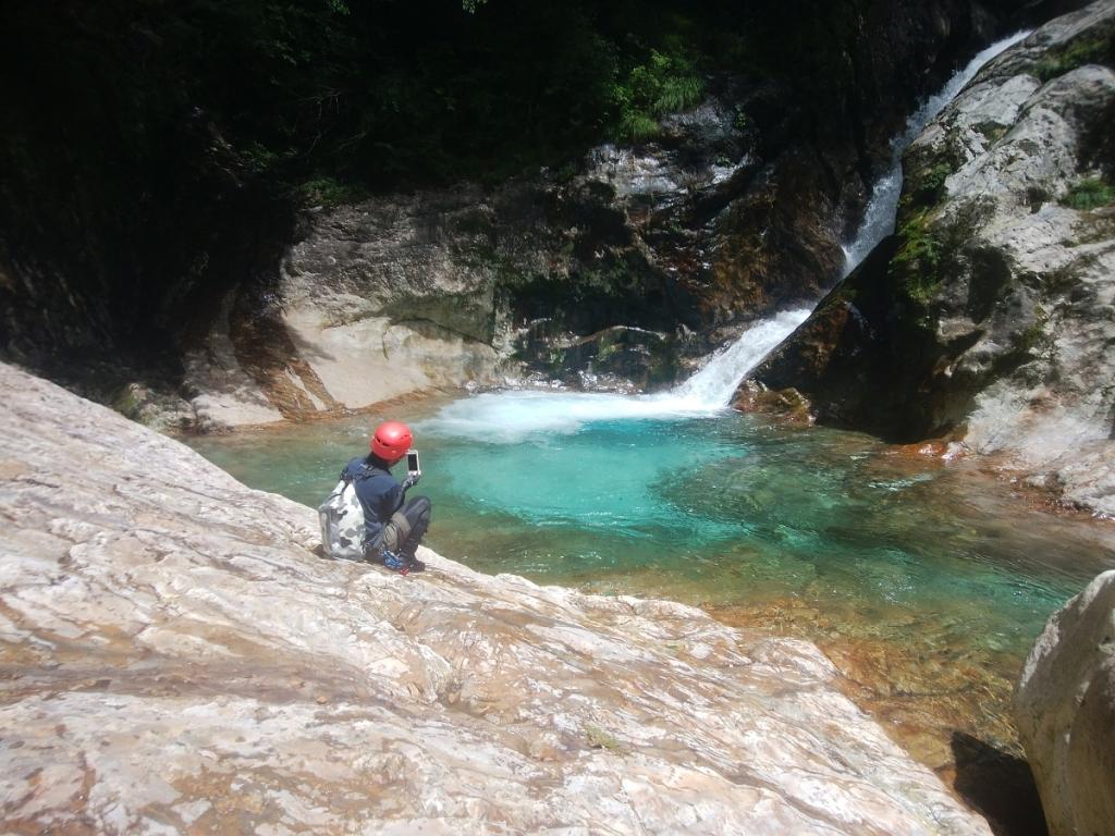 二段の滝に到着。 このブルーの滝にお初のお二人はびっくり。 確かにこんな色の滝は他にないね。