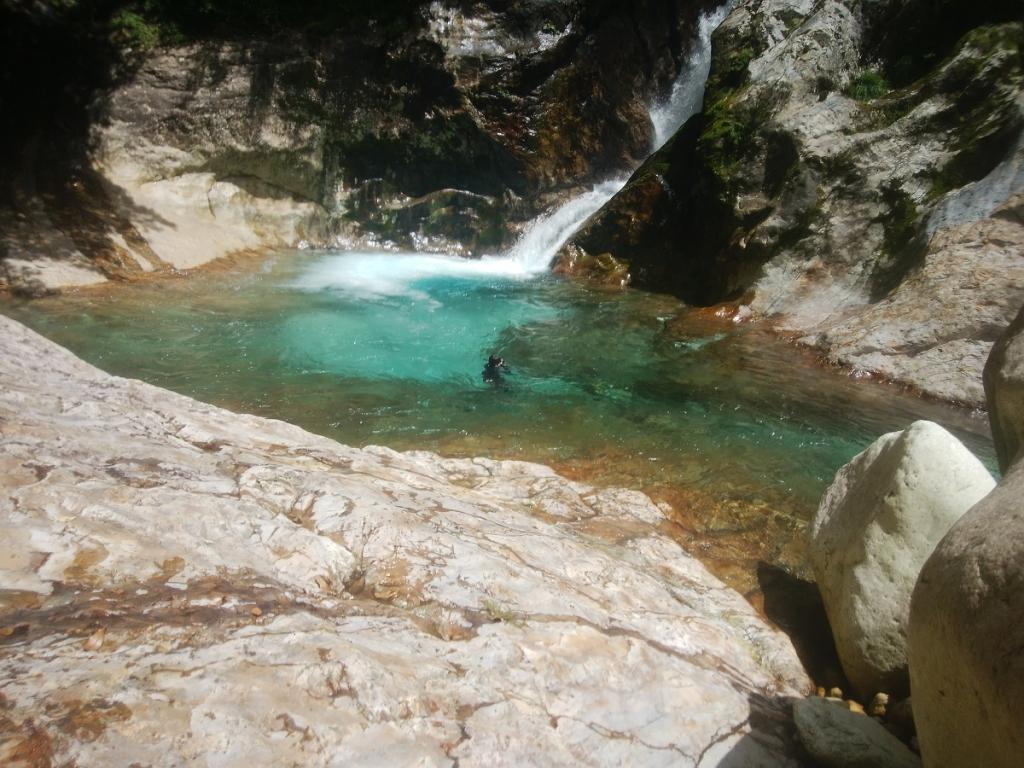 田村君も思わず潜る。 ゴーグルをつけて滝壺の中を見ると 本当に透き通ったブルーらしい。
