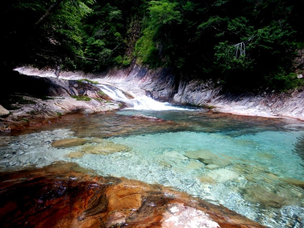 二段の滝を登って上のナメ地帯を行く